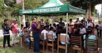 Bauernversammlung zur Kreditübergabe
