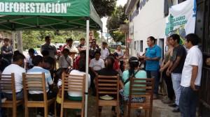 Elpidio, der Vorsitzende der Bauernbank, spricht zu seinen Bauern
