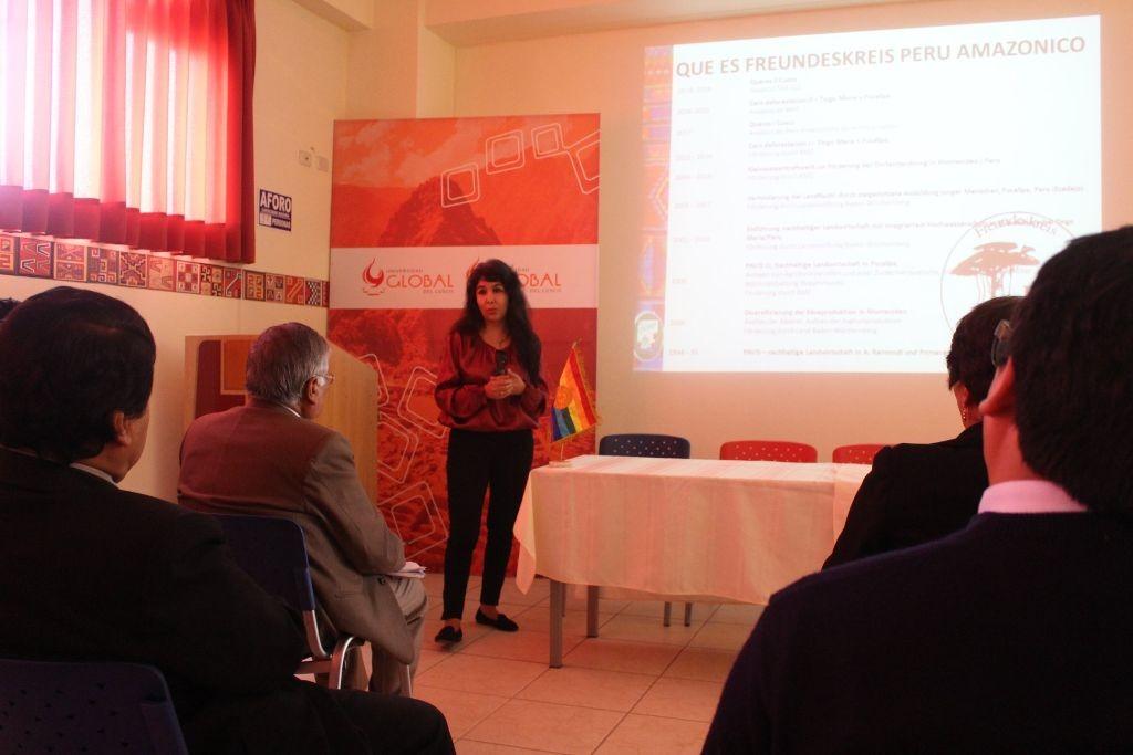 yenny stellt Projekt an Uni in Cusco vor