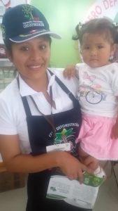 Nelly Durand mit ihrem Töchterchen auf der Expoamazonica