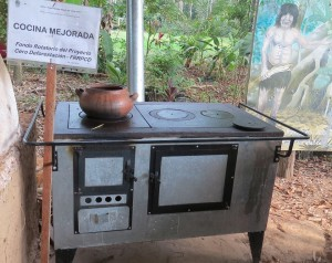 Presentación de las ventajas de la Ecococinas a Pasantes, promovidos por el Proyecto Cero Deforestación, en Pucallpa.